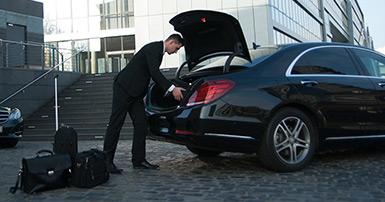 zum Chauffeurservice gehört die Gepäck übernahme